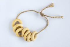 在绳索的小环形的薄脆饼干 免版税库存照片