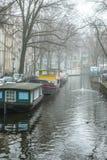 在水的小船在多云天气 免版税库存图片