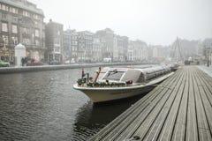 在水的小船在多云天气 免版税库存照片