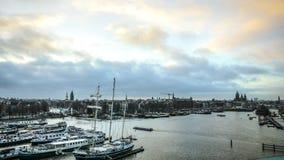 在水的小船在美好的晚上太阳集合 免版税图库摄影