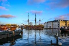 在水的小船在美好的晚上太阳集合 免版税库存图片