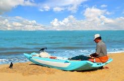 在他的小船的Negombo fishman在海洋附近 库存图片