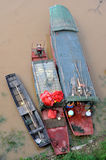 在洪水的小船 免版税库存照片