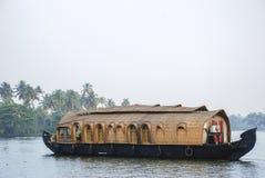 在死水的居住船在Kerela 库存照片