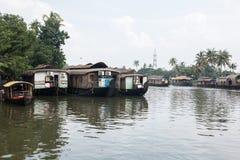 在死水的居住船 免版税库存图片