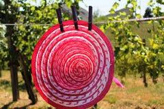 在绳索的帽子 免版税库存图片