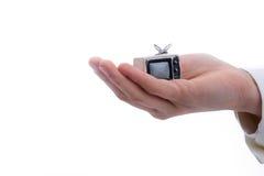在他的手上拿着一台电视机 免版税图库摄影