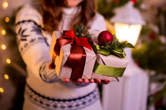 在他的手特写镜头的圣诞节礼物 库存图片
