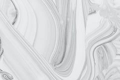 在水的抽象背景,白色和黑矿物油油漆 库存图片