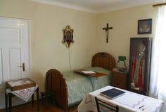 他在他的拘留时住在神父寓所在Krasic,克罗地亚保佑的Alojzije Stepinac的室 免版税库存照片