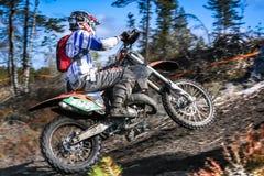 在他的摩托车的Enduro车手 免版税库存照片