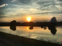 在水的日落反射 免版税库存图片