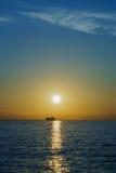 在水的日落 库存图片