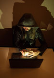 在他的显示手指的计算机上的黑客对当局 免版税库存照片