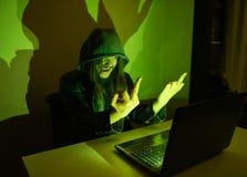 在他的显示手指的计算机上的黑客对当局 免版税图库摄影