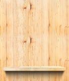 在轻的木墙壁,模板嘲笑的空的木架子为dis 库存图片