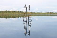 在水的木摇摆 库存图片