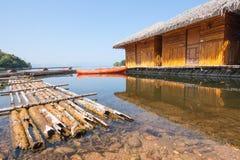 在水的木筏浮游物 免版税库存图片