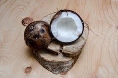 在轻的木背景的新鲜的被对分的椰子 有机健康食物概念 秀丽和温泉 Eco自然样式 土气 库存图片