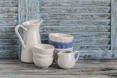 在轻的木背景的葡萄酒陶器 仍然厨房生活 免版税库存图片