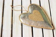 在轻的木头的浪漫,白色心脏 库存图片