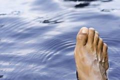 在水的松弛脚 免版税库存照片