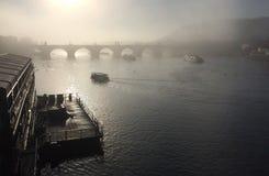 在水的桥梁与雾 免版税库存照片