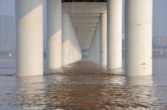 在洪水的桥梁 免版税库存图片