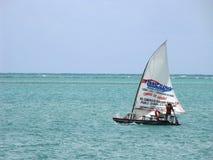 在他的正在寻找游人的小船的工作者航行 库存图片