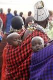 在他们的母亲背面的马塞人婴孩 免版税库存图片