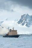 在冻结的海峡春天漂浮的破冰船 免版税库存图片