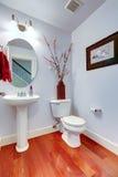 在轻的淡紫色颜色的卫生间内部 库存照片