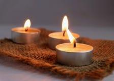 在苴的灼烧的蜡烛 库存照片