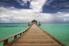 在水的热带小屋 库存图片