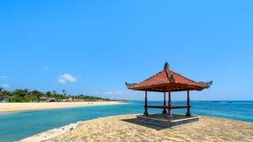 在水的热带海滩小屋 免版税图库摄影