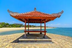 在水的热带海滩小屋 免版税库存图片