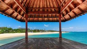 在水的热带海滩小屋 免版税库存照片