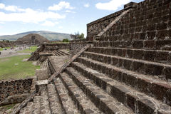 在死的特奥蒂瓦坎的大道的金字塔 库存图片