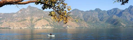 在他的独木舟的玛雅土产渔在湖的Atitl圣佩德罗火山 库存照片