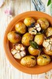 在他们的皮肤烘烤的土豆用大蒜 免版税图库摄影