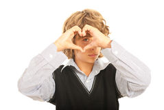 在他的眼睛的青少年的男孩形状心脏 免版税库存图片