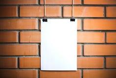 在绳索的空白的白色海报 免版税库存图片