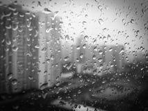 在黑的窗口&白色001的雨珠 免版税库存图片