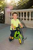 在他的第一辆自行车的男婴骑马没有脚蹬 库存照片