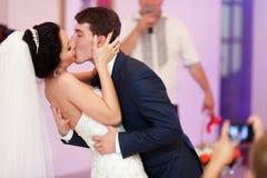 在他们的第一danc期间的已婚夫妇一个热情的亲吻  免版税库存照片