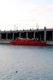 在水的红色小船 免版税库存照片