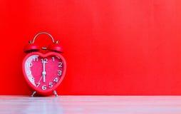 在6的红色时钟标记 00个o `时钟 库存照片