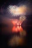 在水的美丽的五颜六色的烟花浮出水面有干净的黑背景 乐趣节日和Firefig国际比赛  免版税库存图片