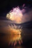 在水的美丽的五颜六色的烟花浮出水面有干净的黑背景 乐趣节日和Firefig国际比赛  库存照片