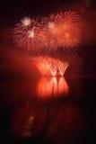 在水的美丽的五颜六色的烟花浮出水面有干净的黑背景 乐趣节日和Firefig国际比赛  免版税库存照片